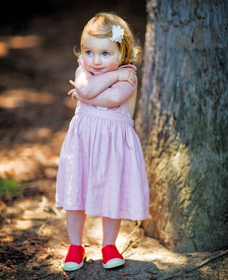 Young girl with candid pose in a portrait outdoor photography session