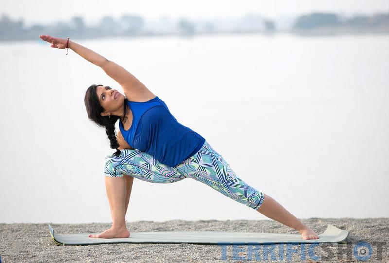 woman_yoga_pose_portrait_outdoor_photography