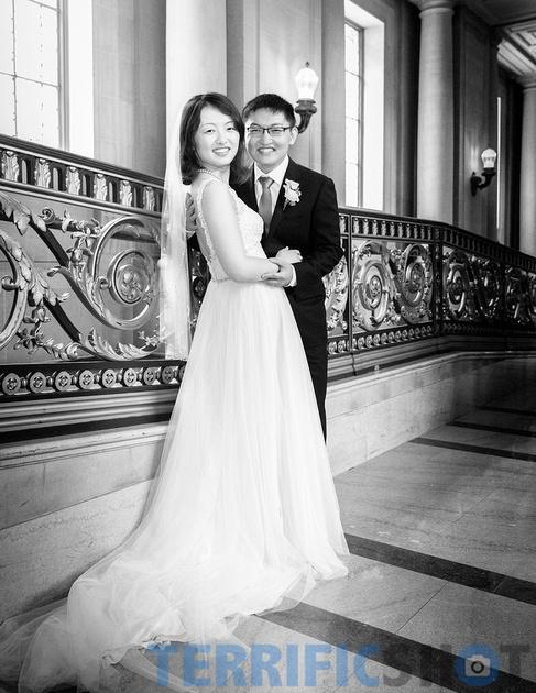 wedding_coupleposing_san_francisco_city_hall_black_white
