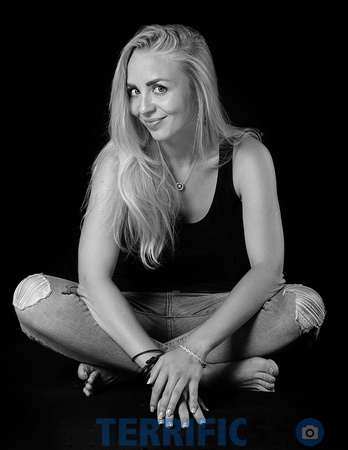 woman_seating_jeans_pants_glamour_studio