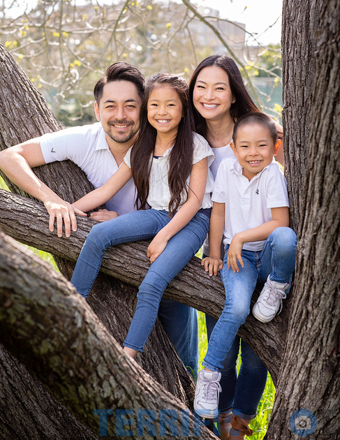 family_of_four_outdoor_photo_3