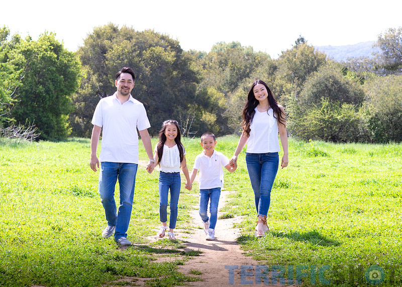 family_of_four_outdoor_photo_2